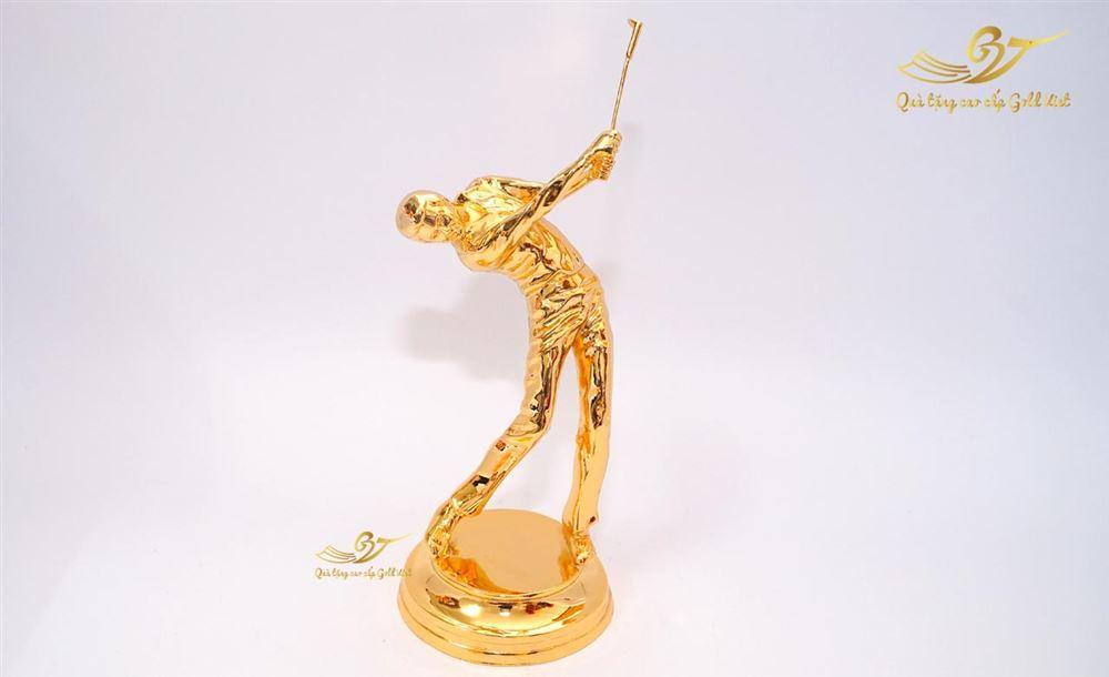 Tượng người đánh golf mạ vàng
